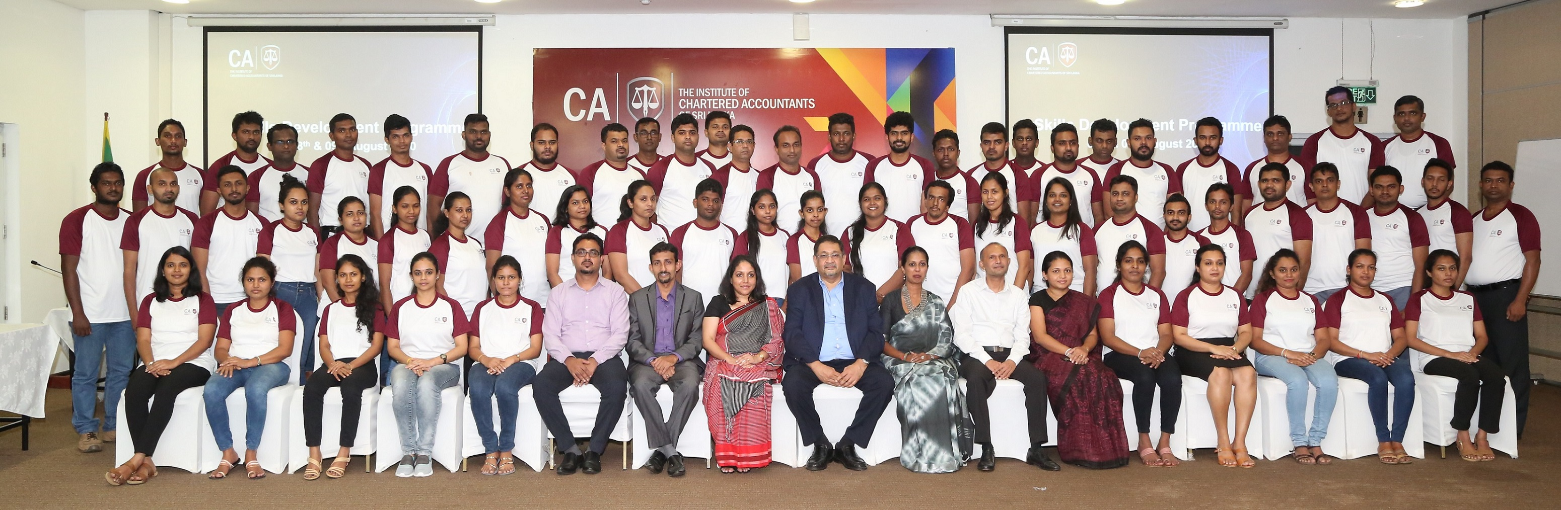 CA Sri Lanka officials with the passed finalists who took part in the program.